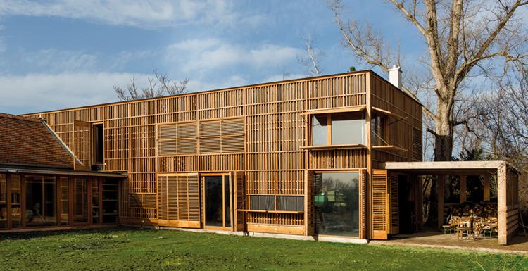 Casa di famiglia legnoarchitettura for Piani sud ovest della casa con cortile